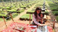 Sarwendah berziarah ke makam Julia Perez bersama putrinya, Thalia (Nurwahyunan/Bintang.com)