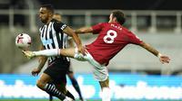 Gelandang Manchester United, Juan Mata, berebut bola dengan pemain Newcastle United, Callum Wilson, pada laga Liga Inggris di Stadion St. James' Park, Minggu (18/10/2020). MU menang telak dengan skor 4-1. (Owen Humpreys/PA via AP)