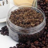 Bubuk kopi bekerja sebagai exfoliant yang sangat baik, sehingga bisa menjadi bahan alami yang bagus untuk scrub bibir buatan sendiri.