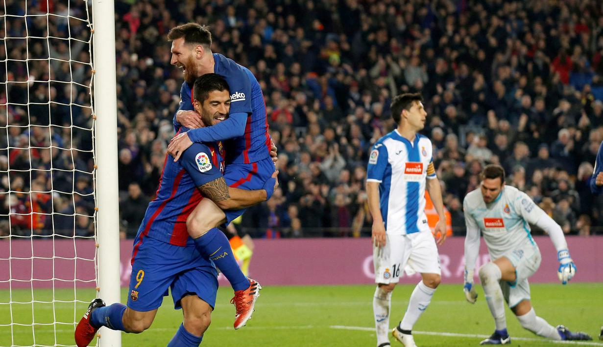 Pemain Barcelona, Luis Suarez dan Lionel Messi merayakan gol saat melawan Espanyol pada lanjutan La Liga Spanyol di Camp Nou, (18/12/2016). Barcelona menang 4-1. (REUTERS/Albert Gea)