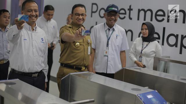 Gubernur DKI Jakarta Anies Baswedan menunjukkan e-ticketing di gate in stasiun MRT Bundaran HI yang terintegrasi dengan halte transJakarta, Senin (25/3). Halte TransJakarta Bundaran HI sempat dibongkar dan dinonaktifkan karena adanya proyek MRT Jakarta pada 2014. (Liputan6.com/Faizal Fanani)