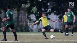Pemain Timnas Indonesia U-23, Egy Maulana bersiap mengirim umpan saat mengikuti latihan di Stadion Madya, Jakarta, Kamis (14/3). Latihan ini merupakan persiapan jelang Kualifikasi Piala AFC U-23. (Bola.com/Vitalis Yogi Trisna)