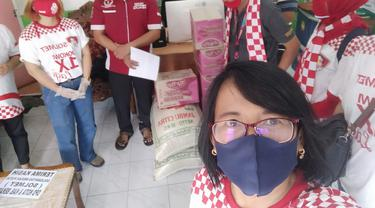 Relawan Solmet membagikan bantuan sembako untuk terdampak corona di Bekasi. (Istimewa)