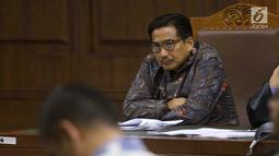 Terdakwa dugaan suap/gratifikasi terkait kerjasama jasa pelayaran yang juga anggota komisi VI DPR RI, Bowo Sidik Pangarso menyimak keterangan saksi saat sidang lanjutan di Pengadilan Tipikor, Jakarta, Rabu (4/9/2019). Sidang mendengar keterangan saksi. (Liputan6.com/Helmi Fithriansyah)