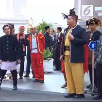 Upacara HUT ke-73 RI diselenggarakan di Istana Merdeka. Yang unik, cucu Presiden Jokowi, Jan Ethes nampak hadir dengan mengenakan baju daerah.