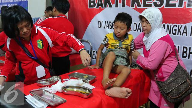 Seorang Anak Saat Mengikuti Pengobatan Dan Sunatan Masal Gratis Di Jakarta Sabtu   Acara Ini Memperingati Hut Ke  Bhayangkara Dengan Menggelar