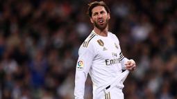 Sergio Ramos tiba-tiba menghilang sekitar lima menit ketika berlangsungnya pertandingan antara Real Madrid melawan Eibar tahun 2018. Pelatih Los Blancos, Zinedine Zidane mengatakan bahwa aksi Ramos itu ternyata pergi ke toilet karena sudah tak tahan menahan pipis. (Foto: AFP/Oscar Del Pozo)