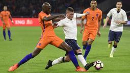 Bek Belanda, Bruno Martins, berusaha menghadang gelandang Italia, Marco Verratti. Pada laga tersebut Belanda memakai skema 4-3-3 sementara Italia dengan formasi 3-5-2. (AFP/ John Thys)