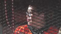 Anggota DPR F-Hanura Dewie Yasin Limpo berada di mobil tahanan usai pemeriksaan di KPK, Jakarta, Kamis (22/10) dini hari. Dewie resmi ditahan terkait kasus dugaan suap proyek Pembangkit Listrik Tenaga Mikrohidro (PLTMH) Papua. (Liputan6.com/Angga Yuniar)