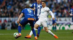 Penyerang Real Madrid, Cristiano Ronaldo berusah mengumpan bola saat bertanding melawan Alaves pada pertandingan La Liga Spanyol di stadion Santiago Bernabeu (24/2). Ronaldo mencetak dua gol dipertandingan ini. (AP Photo/Francisco Seco)