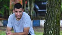 Striker Arema FC, Elias Alderete, bersantai setelah menjalani latihan rutin. (Bola.com/Iwan Setiawan)