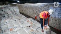 Pekerja mengangkat beras milik Perum Bulog di kawasan Pulo Mas, Jakarta, Kamis (26/11/2020). Kementan kembali memastikan bahwa meski tengah dilanda pandemi Covid-19 pasokan beras hingga akhir tahun masih ada stok beras sebanyak 7,1 juta ton. (Liputan6.com/Faizal Fanani)