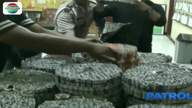Polisi menyita 26 ribu petasan yang rencananya akan diedarkan untuk Hari Raya Lebaran.