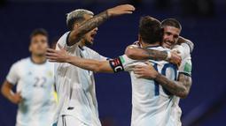 Pemain Argentina merayakan gol yang dicetak Lionel Messi ke gawang Ekuador pada laga kualifikasi Piala Dunia 2022 di Stadion Bombonera, Jumat (9/10/2020) pagi WIB. Argentina menang 1-0 atas Ekuador. (AFP/Agustin Marcarian/pool)