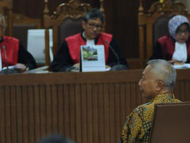 Mantan Dirjen Hubla Kemenhub, Antonius Tonny Budiono menyimak pembacaan dakwaan pada sidang perdana di Pengadilan Tipikor, Jakarta, Kamis (18/1). Sidang beragendakan pembacaan dakwaan oleh Jaksa Penuntut Umum. (Liputan6.com/Helmi Fithriansyah)
