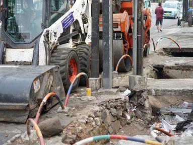 Kondisi trotoar yang rusak dan berlubang di Jalan Raya Pasar Minggu, Jakarta, Jumat (13/9/2019). Selain mengganggu kenyamanan, kondisi trotoar yang rusak tersebut juga membahayakan pejalan kaki, terutama saat malam hari. (Liputan6.com/Immanuel Antonius)