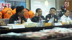 Dirtipidum Bareskrim Mabes Polri, Brigjen Pol Herry Rudolf Nahak (kedua kiri) memberi keterangan terkait kasus Tindak Pidana Perdagangan Orang di Bareskrim Mabes Polri, Jakarta, Senin (23/4). Delapan tersangka ditahan. (Liputan6.com/Helmi Fithriansyah)