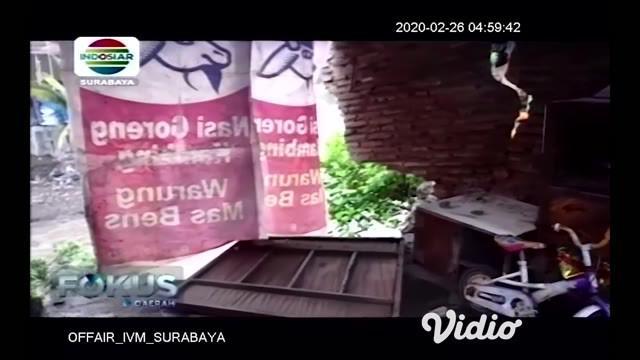 Sebuah plengsengan Sungai Brantas yang berada di Jalan Muharto Gang VB RT 3 RW 9 Kelurahan Kotalama Kecamatan Kedungkandang ambrol, pada hari Senin (24/2). Ambrolnya plengsengan sepanjang 50 meter itu bersamaan dengan hujan cukup deras yang mengguyur...