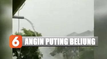 Saat hujan deras disertai angin kencang, suara adzan dan seruan takbir bersahut-sahutan.
