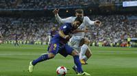 Striker Barcelona Luis Suarez berupaya melewati hadangan gelandang Real Madrid Mateo Kovacic pada leg kedua Piala Super Spanyol di Santiago Bernabeu, Kamis (17/8/2017) dinihari WIB. Barcelona kalah 0-2. (AP Photo/Francisco Seco)