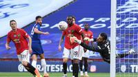 David De Gea saat menghalau bola pada duel semifinal Piala FA kontra Chelsea di Stadion Wembley, Senin dini hari WIB (20/7/2020).  (AFP/Andy Rain)
