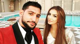 Petinju Profesional Amir Khan berselfie bersama wanita seksinya Faryal Makhdoom Khan saat acara pernikahannya di Turkey pada 11 Agustus 2015. (Instagram/@amirkingkhan)
