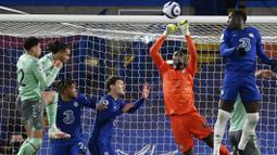 Kiper Chelsea, Edouard Mendy, menghalau bola saat melawan Everton pada laga Liga Inggris di Stadion Stamford Bridge, Senin (8/3/2021). Chelsea menang dengan skor 2-0. (Mike Hewitt/Pool via AP)