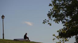 Seorang pria duduk di taman Cerro del Tio Pio di Madrid, Spanyol (14/10/2020). Berbagai wilayah di Spanyol, termasuk Navarra utara dan timur laut Catalonia, sedang merencanakan atau menerapkan pembatasan baru terhadap penyebaran virus corona baru. (AP Photo/Manu Fernandez)