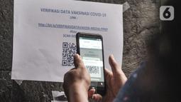 Jurnalis memindai barcode untuk memverifikasi kehadiran saat mengikuti vaksinasi Covid-19 di Balai Kota, Jakarta, Senin (29/3/2021). Vaksinasi untuk jurnalis ini bertujuan membantu kinerja para awak media dalam beraktivitas di masa pandemi Covid-19. (merdeka.com/Iqbal S. Nugroho)