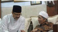 Ketua PBNU Saifullah Yusuf (Gus Ipul) saat bersama Ulama besar Kiai Maimun Zubair atau Mbah Moen (Foto:Liputan6.com/Dian Kurniawan)