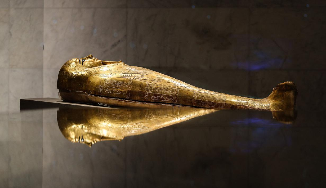 Sebuah sarkofagus emas dipamerkan di Museum Nasional Peradaban Mesir (NMEC), Distrik Fustat, Kairo Lama, Mesir, 4 April 2021. Museum Nasional Peradaban Mesir kembali dibuka sehari setelah upacara Parade Emas Firaun. (Mahmoud KHALED/AFP)