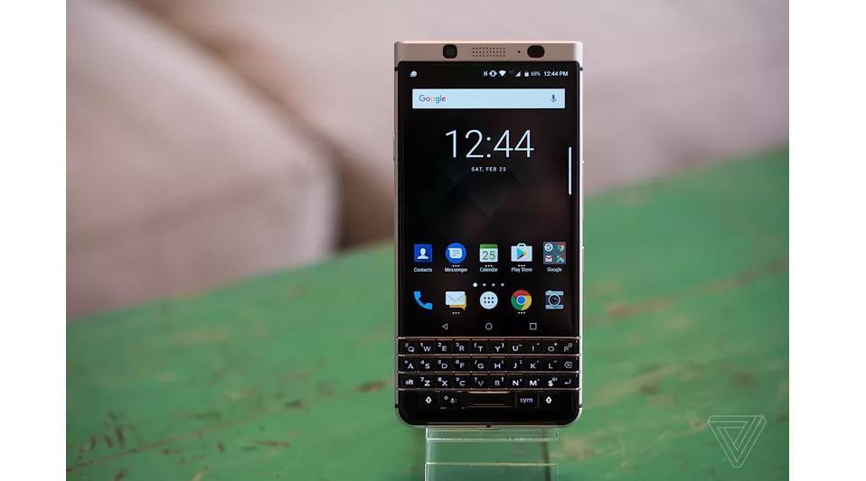 Sisi depan BlackBerry KeyOne (Sumber: The Verge)