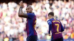 Gelandang Barcelona, Arturo Vidal, merayakan kemenangan atas Getafe pada laga La Liga di Stadion Camp Nou, Minggu (12/5). Barcelona menang 2-0 atas Getafe. (AP/Str)