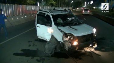 Diduga  dalam keadaan Mabuk seorang pengemudi minibus menabrak separator Busway. Polisi membawa sang pengemudi ke Unit Laka Polda Metro Jaya