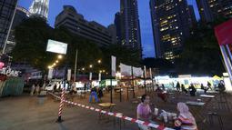 Pelanggan makan malam di ruang makan outdoor setelah beberapa bulan lockdown di Kuala Lumpur, Malaysia, Selasa (14/9/2021). Sementara untuk total kematian akibat infeksi Covid-19 di Malaysia mencapai 21.124 jiwa. (AP Photo/Vincent Thian)