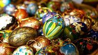 Sejumlah telur Paskah dipajang di sebuah toko di Old Town Square, Praha, Republik Ceko (23/3). Dengan warna yang bermacam-macam membuat hari Paskah lebih semarak. (REUTERS/David W Cerny)