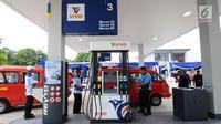 Angkutan umum antri melakukan pengisian BBM di SPBU Vivo di kawasan Cilangkap, Jakarta, Kamis (26/10). SPBU tersebut akan menyalurkan BBM bensin Research Octane Number (RON) 89, 90, dan 92 dengan merk Revvo. (Liputan6.com/Helmi Fithriansyah)