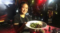 Chef Renatta Moeloek demonstrasikan food pairing dengan Semur Lidah Betawi di Beer Garden SCBD, Jakarta, 7 Desember 2018. (Liputan6.com/Mariany)