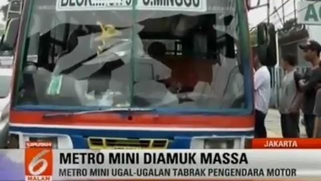 Metromini S-75 jurusan Blok M Pasar Minggu yang dirusak warga karena menabrak sebuah sepeda motor di bilangan Jatipadang, Pasar Minggu.
