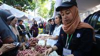 Bawang merah jadi salah satu komoditas yang dijual di Pasar Murah Ramadan di Malang (Liputan6.com/Zainul Arifin)