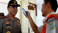 Kapolri Bambang Hendarso Danuri diperiksa suhu tubuh oleh petugas dari Depkes sebelum masuk area Istana Kepresidenan, Jakarta. Pemeriksaan diberlakukan kepada semua pejabat tanpa terkecuali.(Antara)