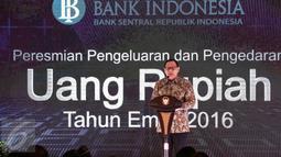 Gubernur BI Agus Martowardojo memberi sambutan dalam peluncuran uang rupiah baru dengan tahun emisi 2016 di Jakarta, Senin (19/12). Sebanyak tujuh uang rupiah kertas dan empat uang rupiah logam diperkenalkan kepada masyarakat. (Liputan6.com/Faizal Fanani)