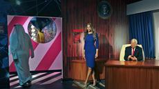 Orang-orang mengunjungi patung lilin mantan Presiden AS Donald Trump dan istrinya Melania pada pembukaan museum Madame Tussauds, di Dubai, Uni Emirat Arab, Rabu (13/10/2021). Atraksi lilin terkenal di dunia ini menampilkan koleksi patung lilin dari lebih 60 tokoh terkenal dunia. (AP/Kamran Jebreili)
