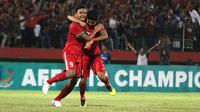 Penyerang Timnas Indonesia U-19, M. Rafli (kiri), menangis setelah menang 1-0 atas Vietnam pada penyisihan Grup A Piala AFF U-19 2018 di Stadion Gelora Delta, Sidoarjo, Sabtu (7/7/2018). (Bola.com/Aditya Wany)