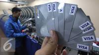 Petugas menunjukkan desain terbaru kartu kredit Bank Mandiri sebelum dilakukan pencetakan di Jakarta, Rabu (20/1). Bank Indonesia memperkirakan pengguna kartu kredit di Indonesia pada tahun 2016 mencapai 16 juta pengguna. (Liputan6.com/Angga Yuniar)