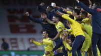 Para pemain Villarreal merayakan kelolosan ke final Liga Europa 2020/2021 usai bermain imbang 0-0 dengan Arsenal dalam laga leg kedua semifinal di Emirates Stadium, London, Kamis (6/5/2021). (AP/Alastair Grant)