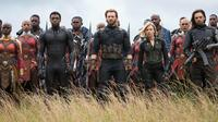 (baris depan dari kiri) Danai Gurira, Chadwick Boseman, Chris Evans, Scarlet Johansson dan Sebastian Stan beradu akting dalam film Avengers Infinity War. Film ini dijadwalkan dirilis di Indonesia pada 25 April 2018. (Chuck Zlotnick/Marvel Studios via AP)