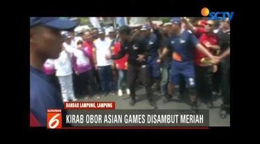 Ribuan warga dan pejabat negara ikut hadir di torch relay atau kirab obor Asian Games 2018 di Bandar Lampung, Lampung.