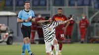 Striker Manchester United, Edinson Cavani melakukan selebrasi usai mencetak gol pertama timnya ke gawang AS Roma dalam laga leg kedua semifinal Liga Europa 2020/2021 di Olimpico Stadium, Roma, Kamis (6/5/2021). Manchester United kalah 2-3 dari AS Roma. (AP/Alessandra Tarantino)