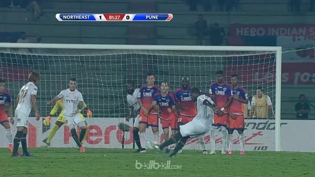 Berita video mantan pemain Sevilla, Christian Romaric, melakukan free kick seperti Lionel Messi di India. This video presented by BallBall.